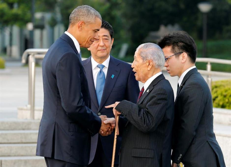 El presidente de Estados Unidos, Barack Obama, conversa con Sunao Tsubo, un sobreviviente de la bomba nuclear en Hiroshima. (Foto: Efe)