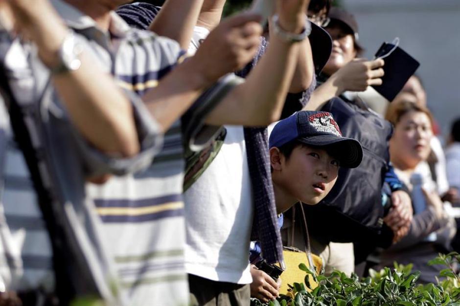 Una multitud espera la llegada del presidente de Estados Unidos, Barack Obama, al Parque de la Paz. (Foto: Efe)