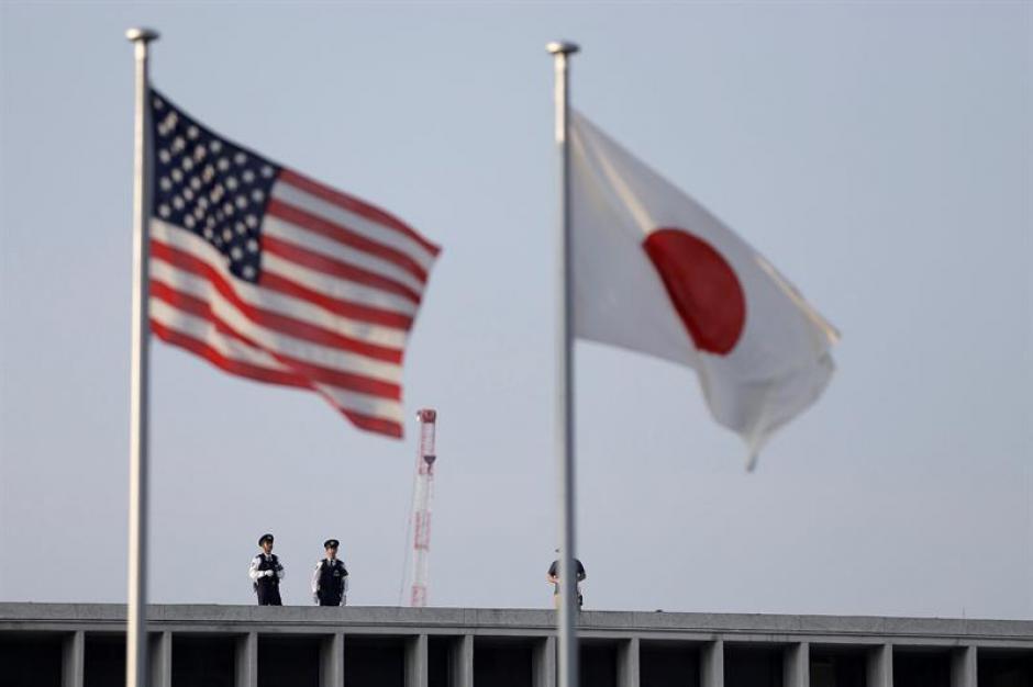 Policías hacen guardia tras las banderas de Estados Unidos  y Japón durante la visita del presidente de Estados Unidos, Barack Obama. (Foto: Efe)