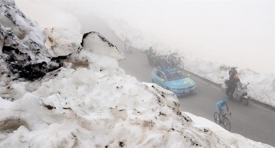 La nieve y el mal tiempo acompañaron la etapa 19 del Giro. (Foto: EFE)