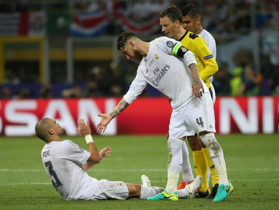 Sergio Ramos ayuda a su compañero para ponerse de pie y continuar con el juego. (Foto: EFE)