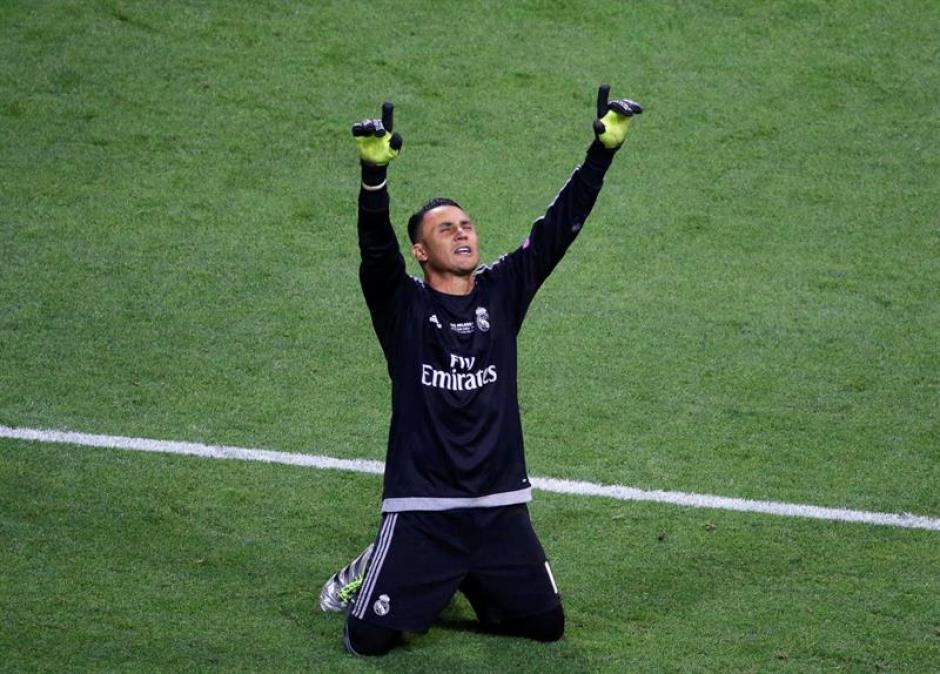 Navas levanta las manos al cielo para celebrar la victoria del club merengue. (Foto: EFE)