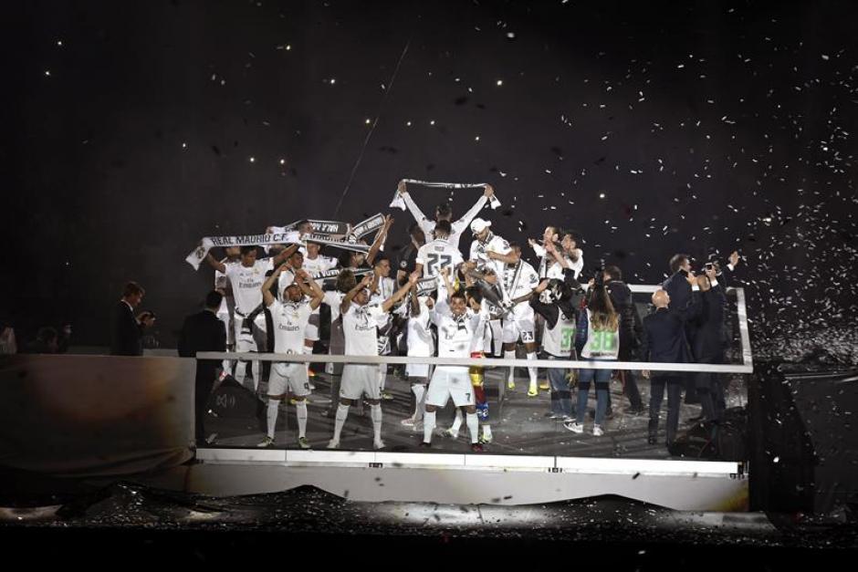 Los jugadores siguen celebrando su título. (Foto: EFE)