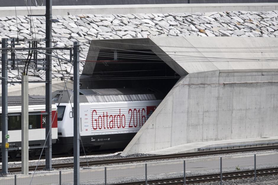 El primer tren que circula por el túnel de San Gotardo entra en la construcción por el portal norte cerca de Erstfeld (Suiza). (Foto: EFE/Lauren Gillieron)