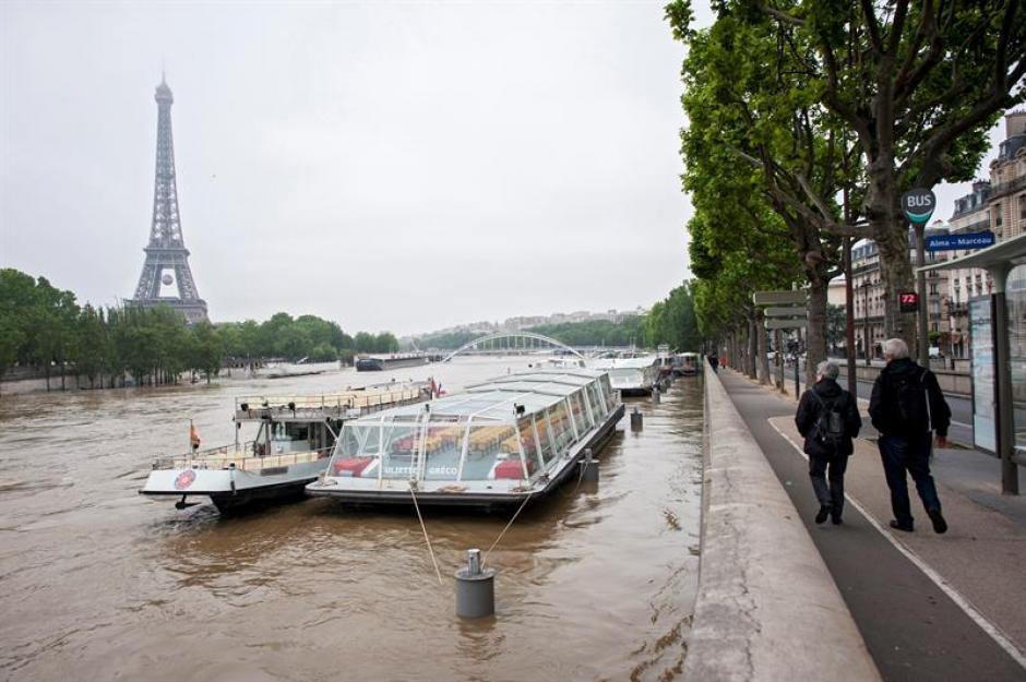 La crecida del río Sena, que alcanza ya una altura de 5,10 metros a su paso por París, elevó hoy el nivel de alerta a naranja en la capital gala. (Foto: Efe)