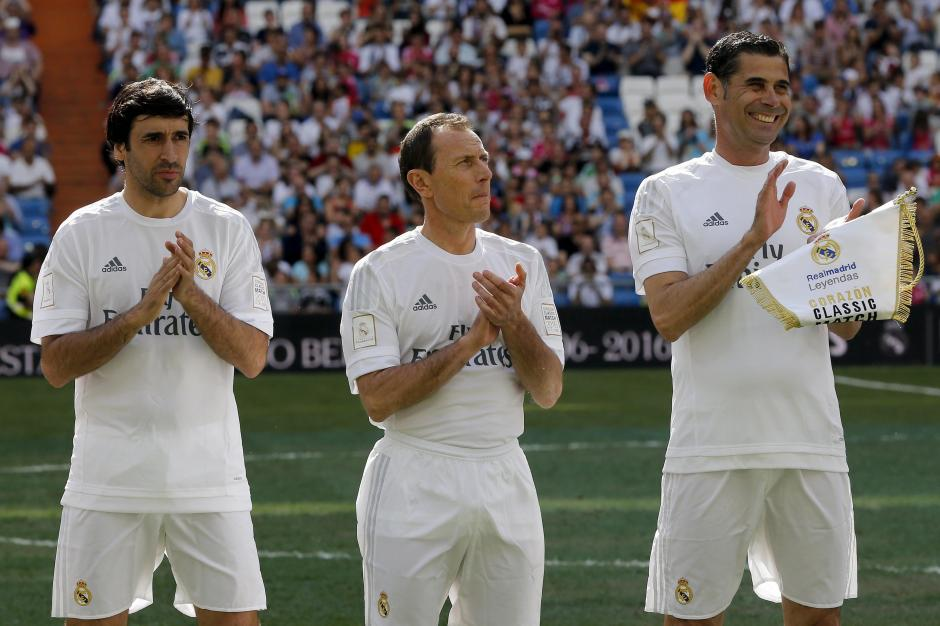 Raúl, Butragueño y Hierro dos generaciones de ídolos del equipo Real Madrid volvieron a mostrar su habilidad para hacer ganar a su equipo. (Foto: AFP)