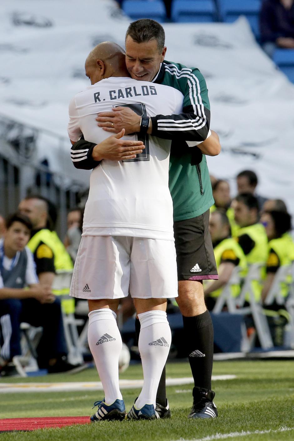 Roberto Carlos se abrazo al final del partido con sus antiguos compañero de equipo. (Foto: EFE)