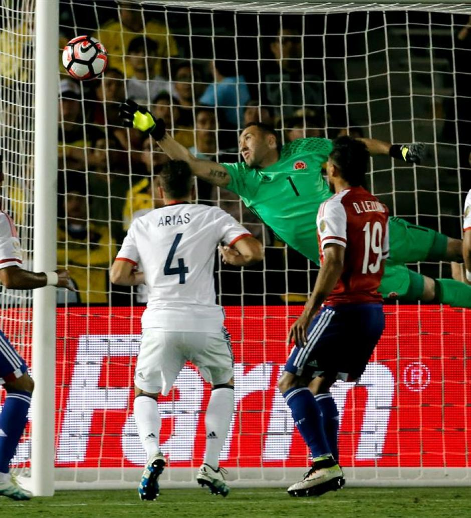 Ospina no pudo descolgar el remate de Víctor Ayala. (Foto: EFE)