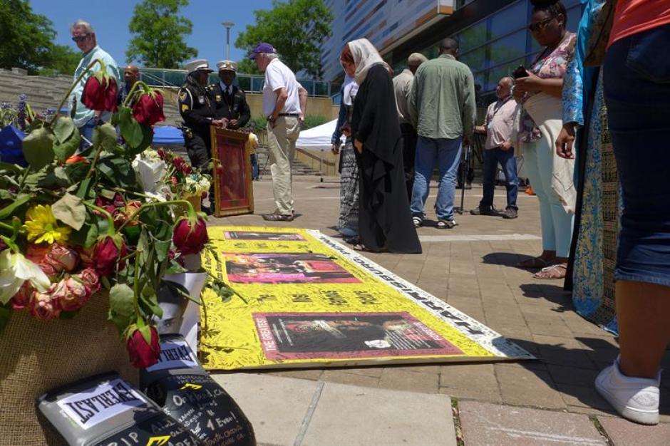 Diversas manifestaciones de cariño se ven en la despedida de Ali. (Foto: EFE)