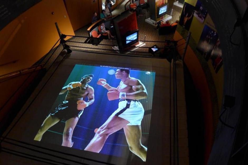 Vista de un cuadrilátero en donde aparece el legendario Muhammad Ali. (Foto: EFE)