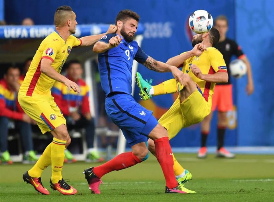 El juego entre Francia y Rumania se jugó de manera intensa. (Foto: EFE)