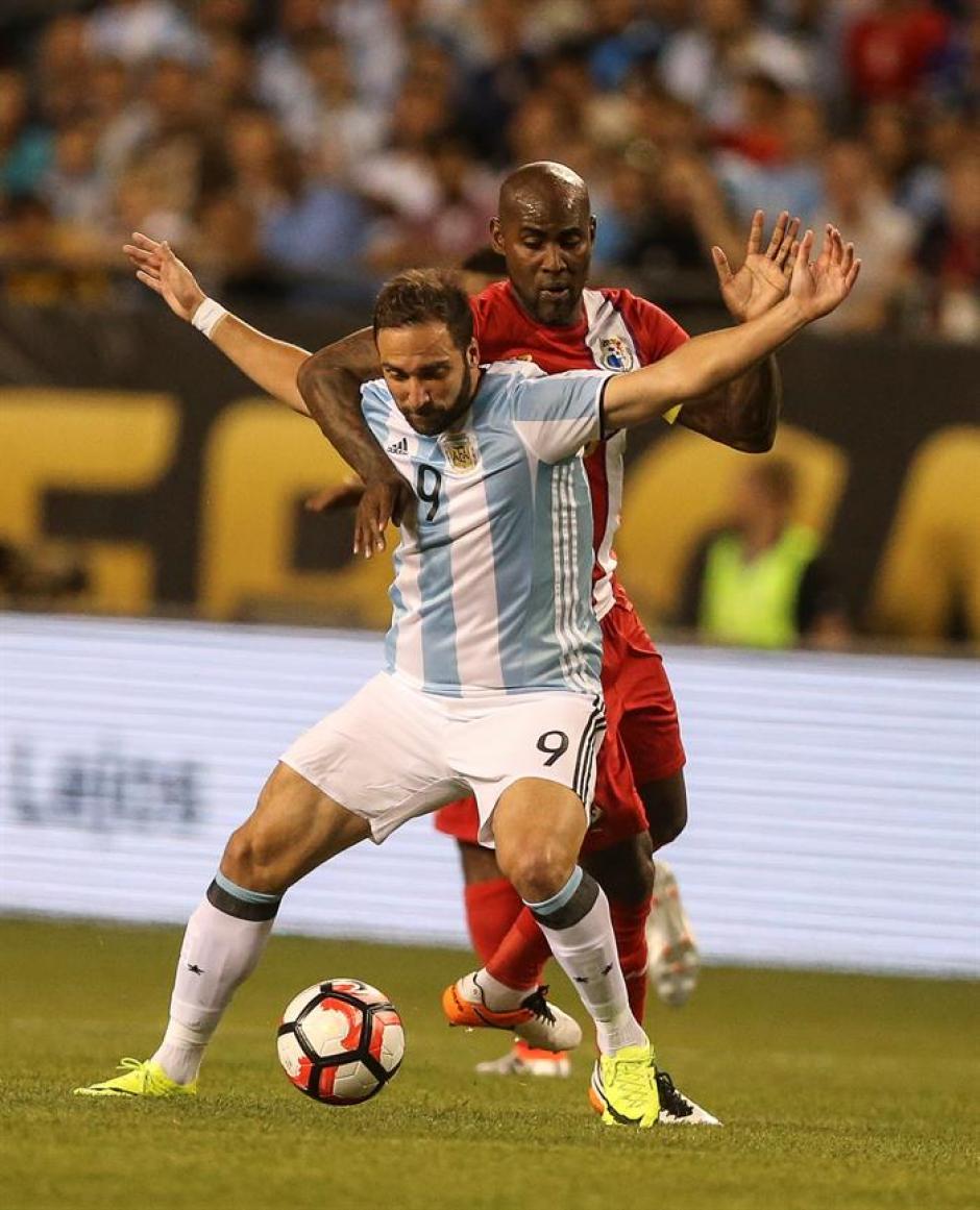 Higuaín recibió la fuerte marca de los zagueros panameños. (Foto: EFE)