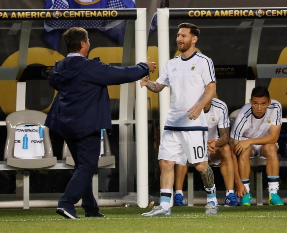 El Bolillo, aprovechó para robar cámara para saludar a Messi. (Foto: EFE)