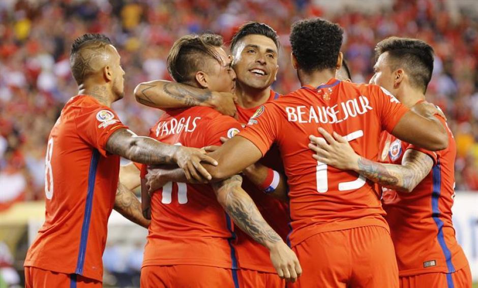 Los chilenos festejaron el triunfo y la clasificación. (Foto: EFE)