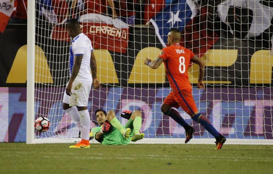 El remate que supera a Penedo para el tercer gol en el triunfo chileno sobre Panamá. (Foto:_