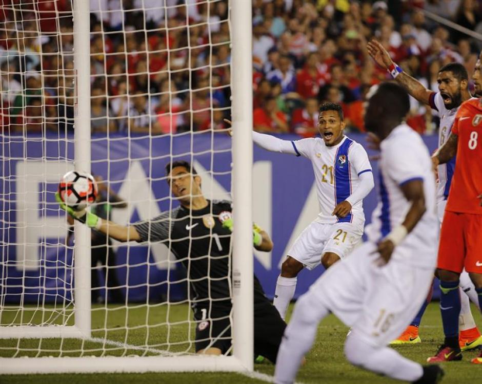 Claudio Bravo no disputó su mejor partido con la Selección chilena. (Foto: EFE)