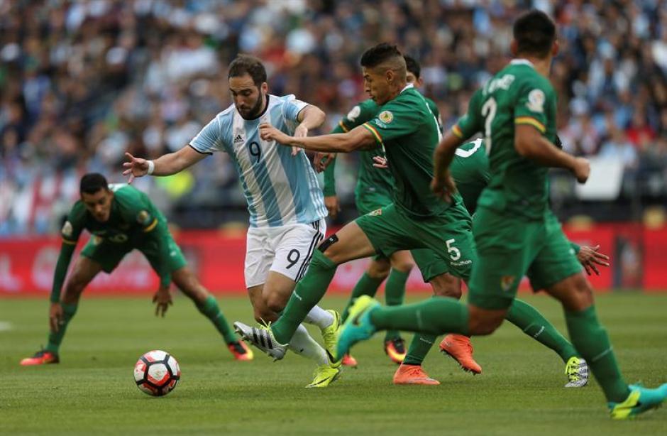 Higuaín sigue siendo titular, pese a que no consigue anotar con la Selección desde hace buen tiempo. (Foto: EFE)