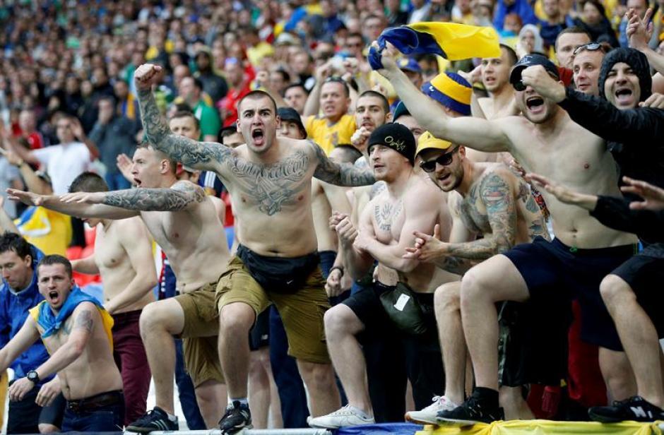 Los aficionados irlandeses soportaron la fuerte granizada y siguieron alentando. (Foto: EFE)