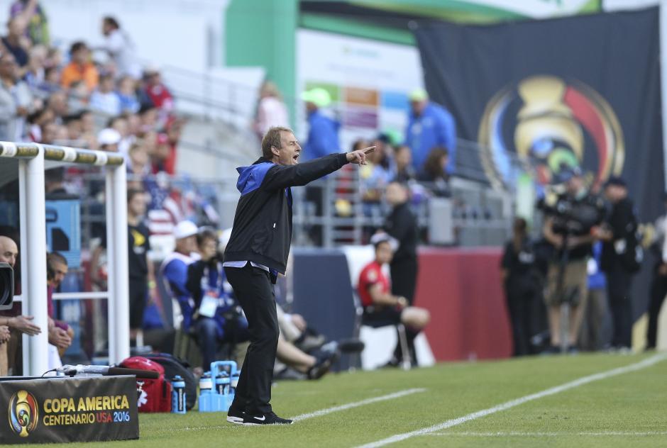 Klinsmann da instrucciones a sus jugadores en el encuentro contra Ecuador. (Foto: EFE)
