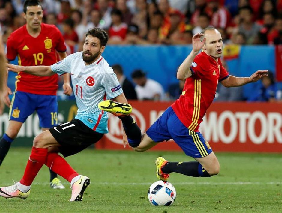 Iniesta recibió la fuerza de la zaga turca. (Foto: EFE)