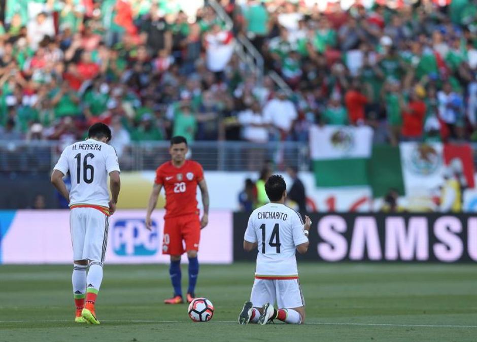 Los jugadores mexicanos terminaron de rodillas frente a Chile. Foto: EFE)
