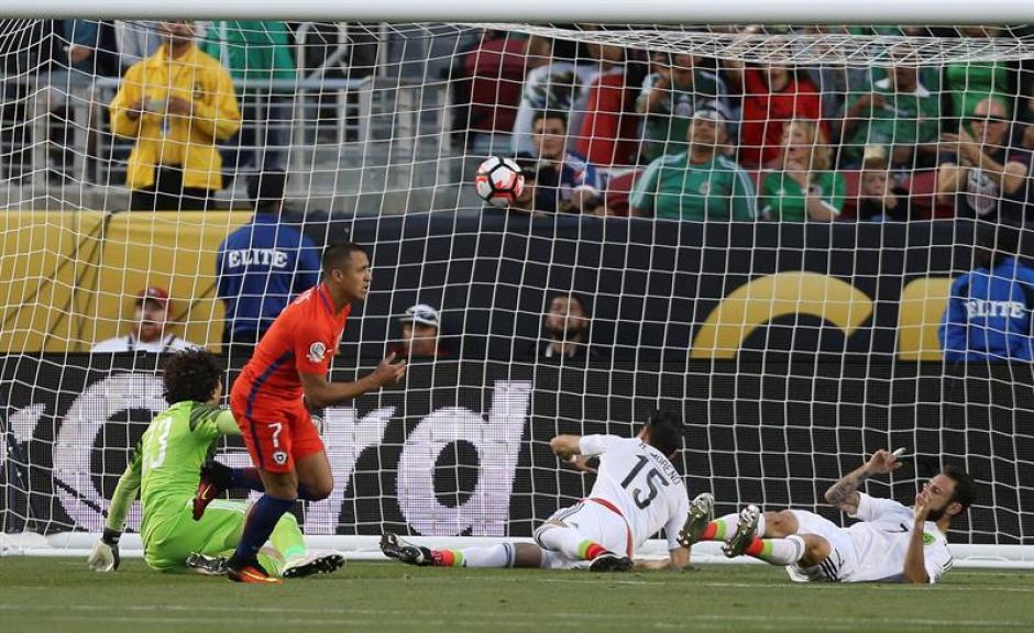 Eduardo Vargas fue la figura para Chile sobre México. (Foto: EFE)