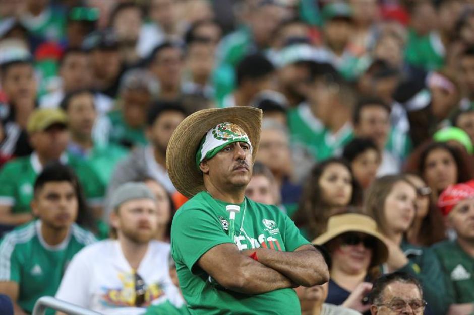 Los aficionados mexicanos no podían creer la goleada de los chilenos. Foto: EFE)