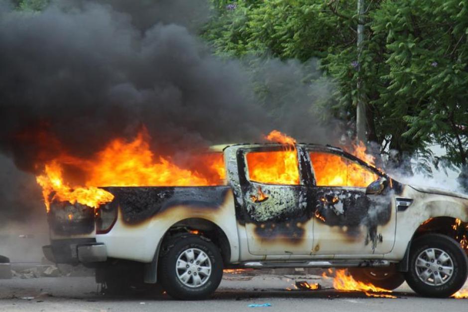 Un grupo de maestros incendió un vehículo oficial durante enfrentamientos en Oaxaca. (Foto: Efe)