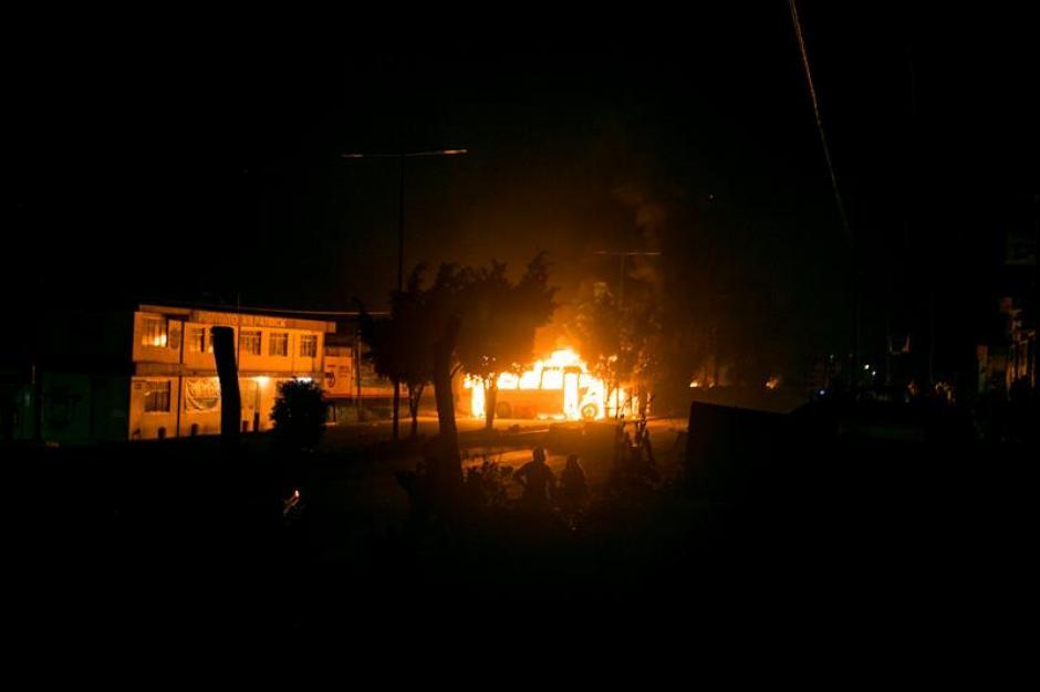Vista general de los incendios de barricadas y vehículos en la ciudad de Oaxaca durante los enfrentamientos. (Foto: Efe)
