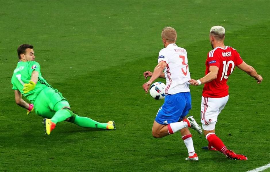 El jugador del Arsenal al momento de definir. (Foto: EFE)