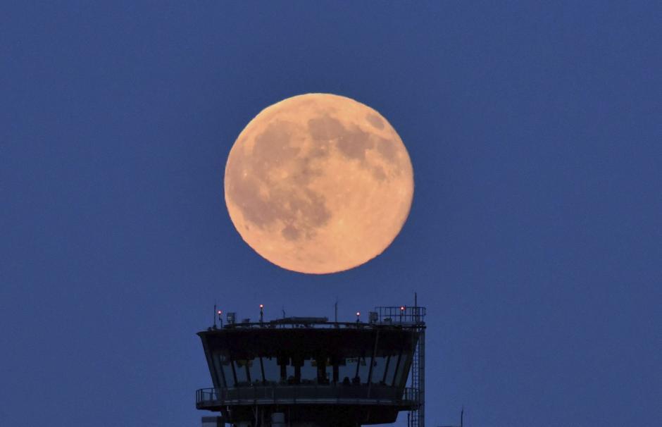 La luna llena, iluminada con un tono ligeramente rojizo, cerca de Schönefeld, Alemania. (Foto: EFE/Ralf Hirschberger)