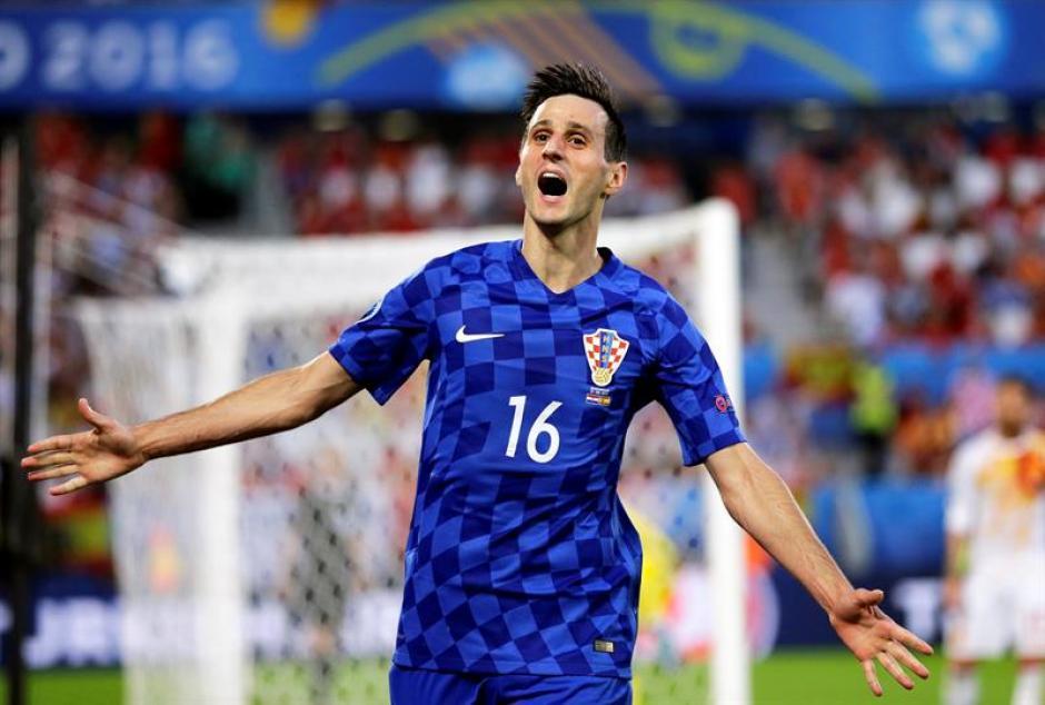 Nikola Kalinic celebra el empate en el primer tiempo (EFE)