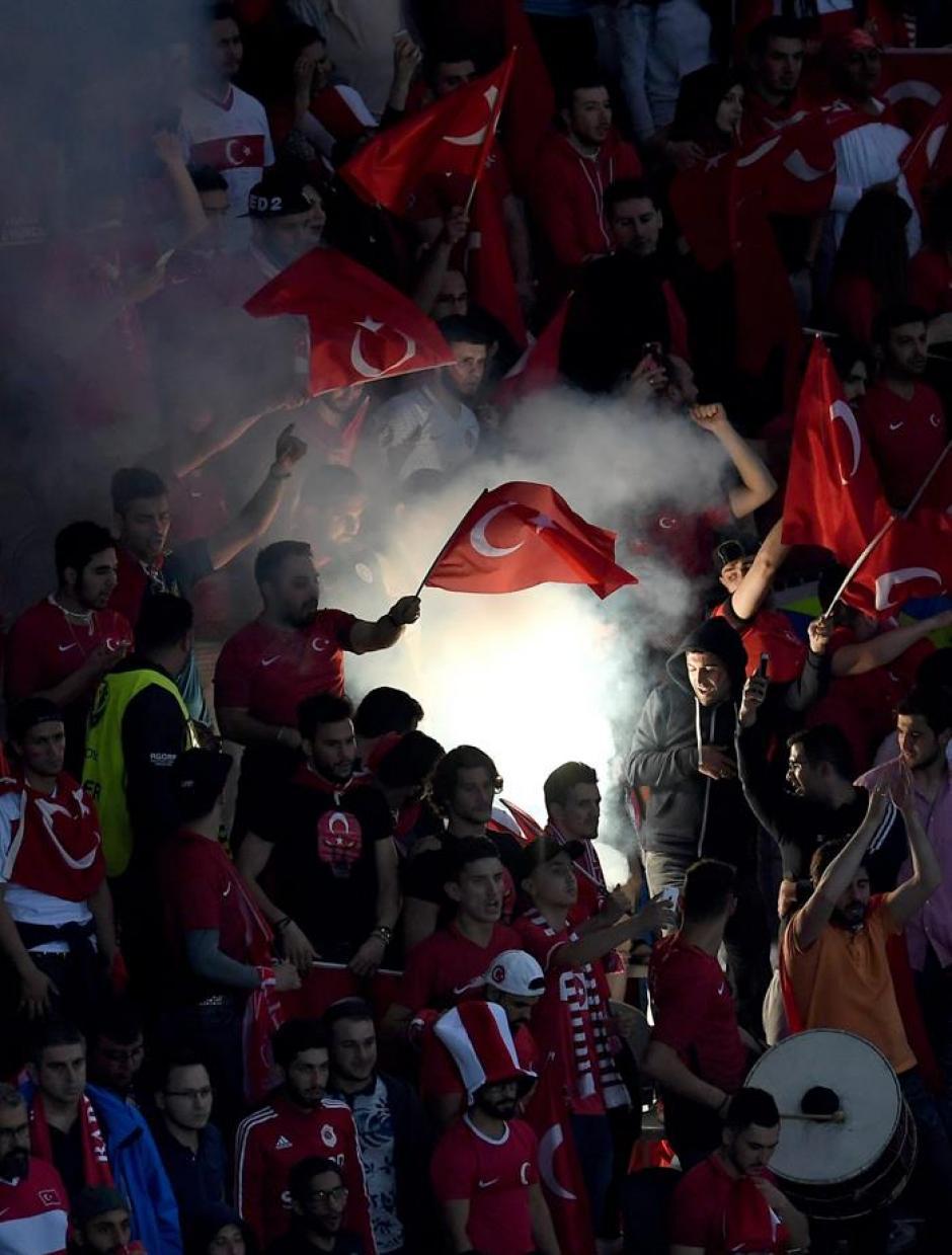 """Los aficionados hicieron de las suyas como en """"el infierno turco"""". (Foto: EFE)"""