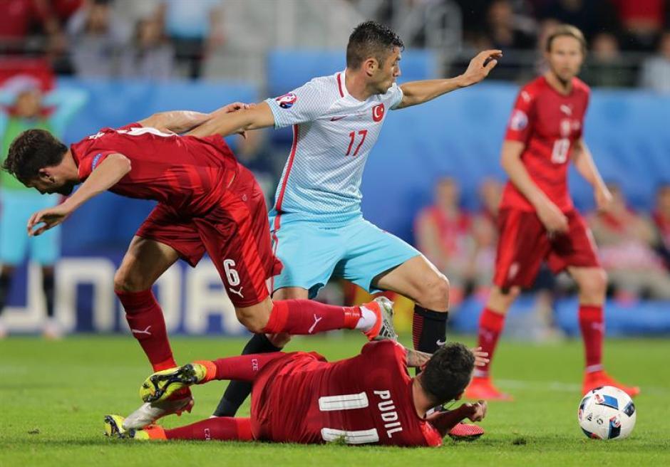 Pese a que el juego fue fuerte no hubo incidentes entre turcos y checos. (Foto: EFE)