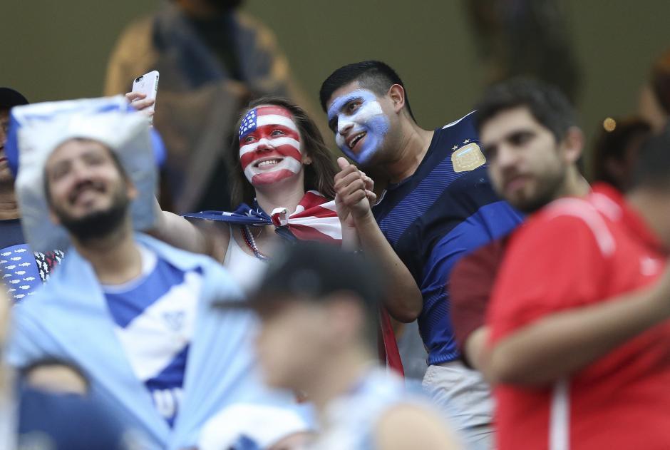 Dos aficionados se toman un autorretrato durante el partido Estados Unidos, Argentina en la Copa América. El martes 21 de junio de 2016 (Foto: EFE/David Fernández)