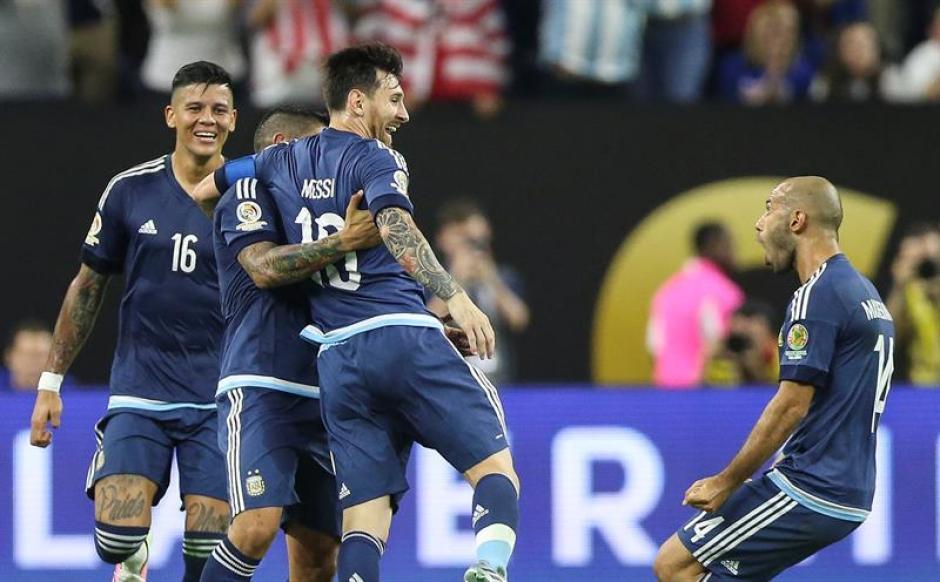 Messi es felicitado por sus compañeros tras marcar un golazo. (Foto: EFE)