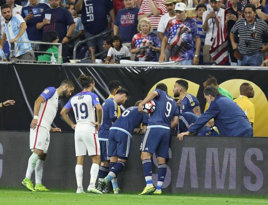 Lavezzi sufrió un fuerte golpe al chocar con una valla en la orilla del campo. (Foto: EFE)