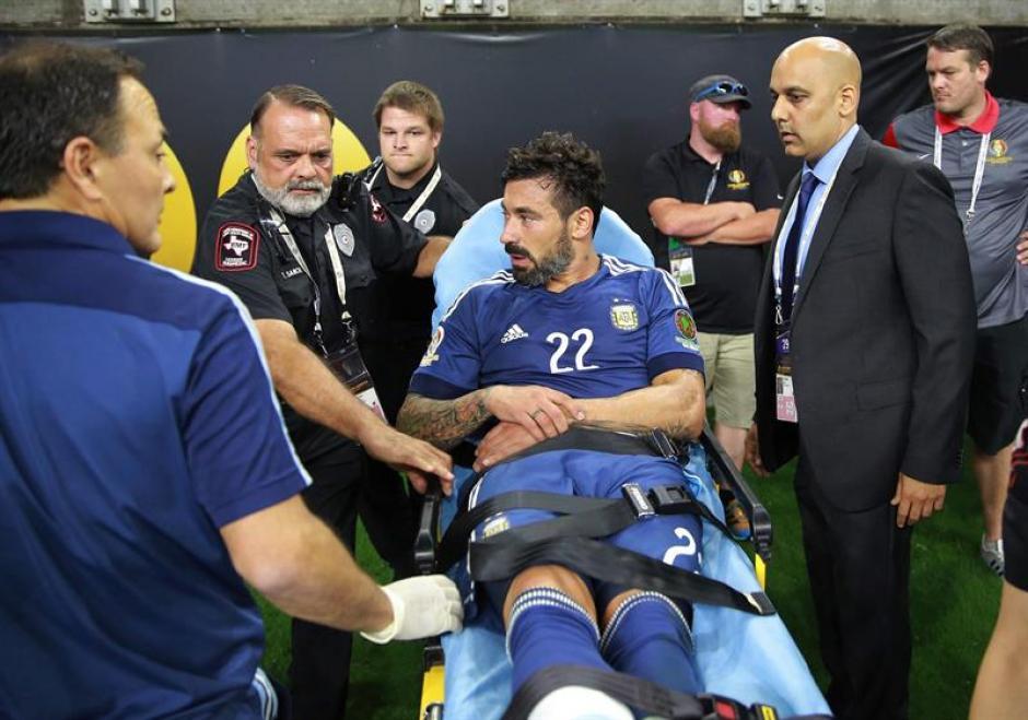 El Pocho salió en camilla del estadio (EFE)