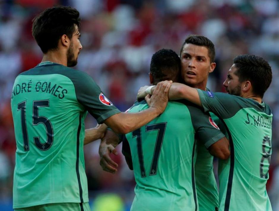 Nani celebra con los demás el primer gol (EFE)