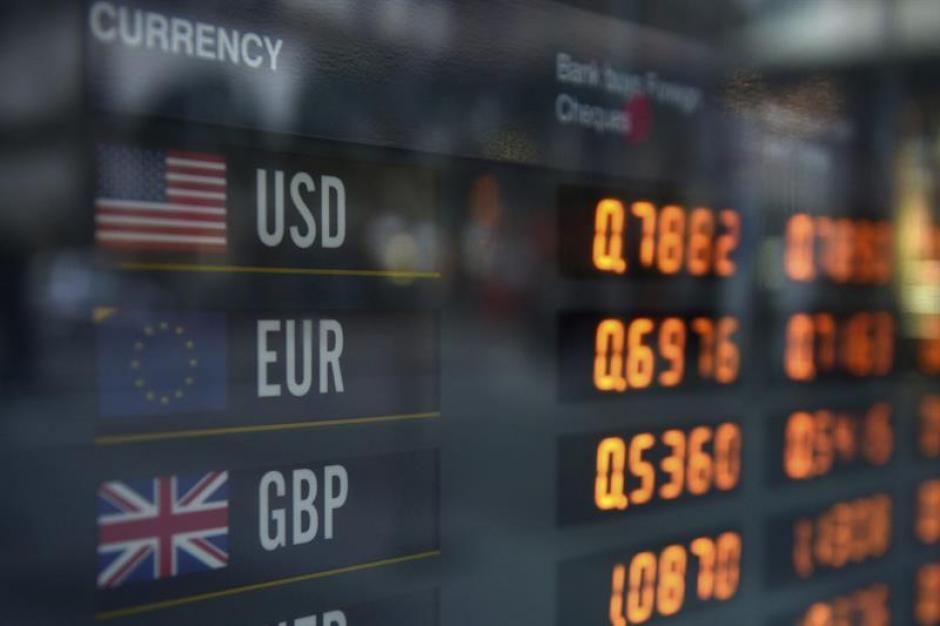 Un panel informa de los tipos de cambio del dólar, euro y la libra esterlina, en Sídney, Australia. (Foto: Efe)