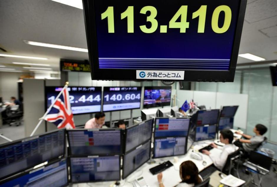 Un monitor informa del tipo de cambio del yen respecto al euro en una casa de corretaje en Tokio, en Japón. (Foto: Efe)