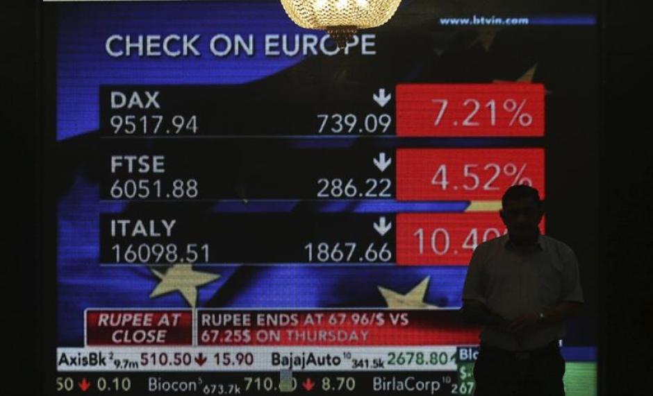Vista general de una pantalla que muestras noticias sobre la decisión del Reino Unido de abandonar la Unión Europea en la bolsa de Bombay. (Foto: Efe)