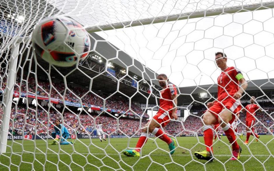 Los defensas suizos ven como entra el primer gol (EFE)