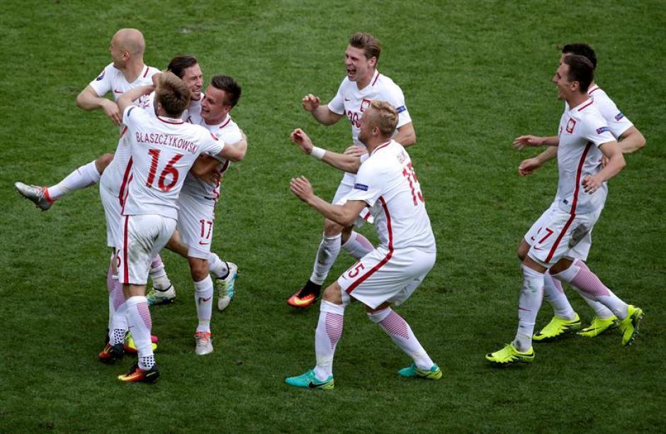 Los jugadores polacos celebran el pase (EFE)