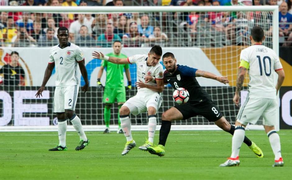 El juego tuvo varias jugadas de peligro para ambos porteros, pero la mala puntería y los postes evitaron que cayeran más goles.  (Foto: EFE)