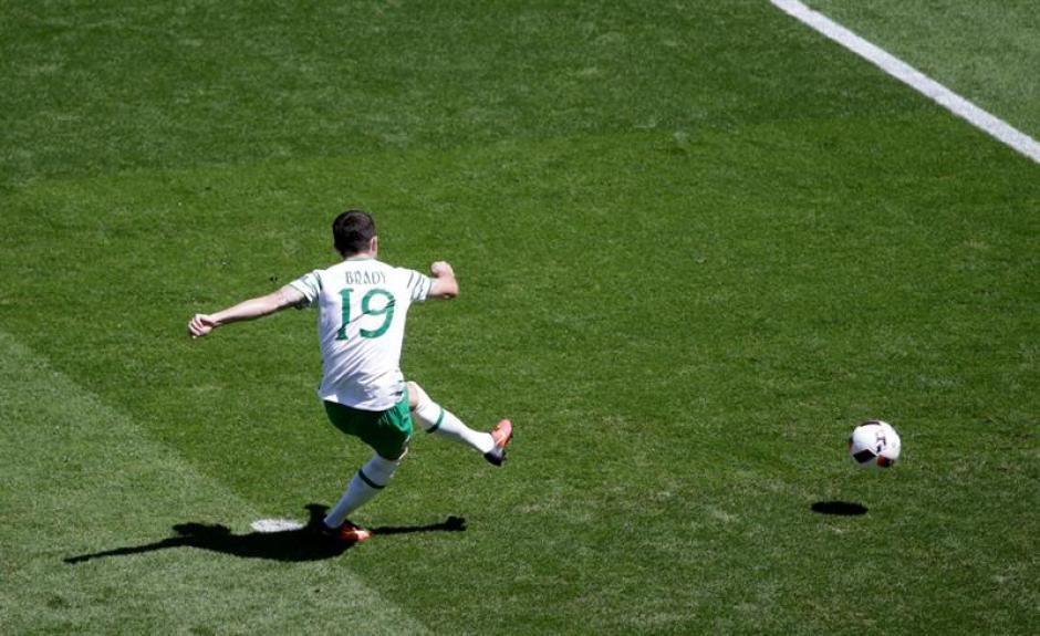 Robbie Brady marcó un penal al minuto 2. (EFE)