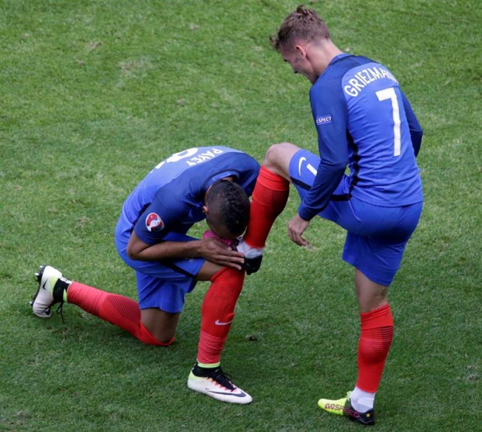 Payet besa la bota izquierda de Griezmann (EFE)