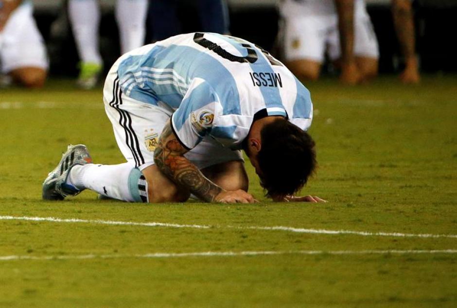 Durante la tanda de penales Messi se puso de rodillas al ver la derrota.  (Foto: EFE)