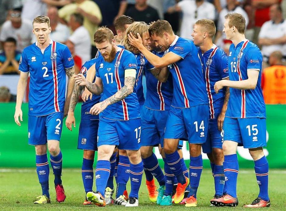 Los islandeses vinieron de atrás en el marcador y derrotaron a Inglaterra. (Foto: EFE)