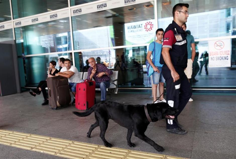 Policías turcos patrullan los alrededores del aeropuerto internacional de Atatürk en Estambul.  (Foto: Efe)